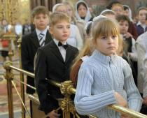 russian-orthodox-faithful-in-church-2
